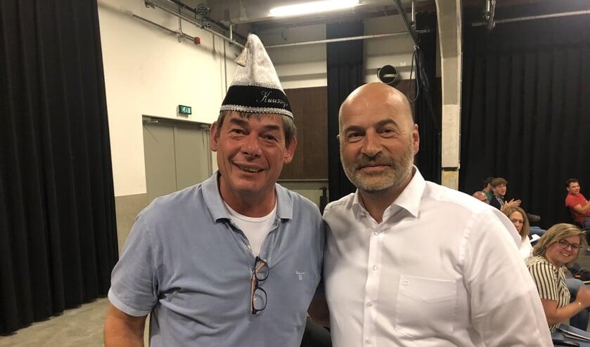 Marco Bons, getooid mét oud-voorzitterssteek, en de nieuwe voorzitter Han Versanvoort.