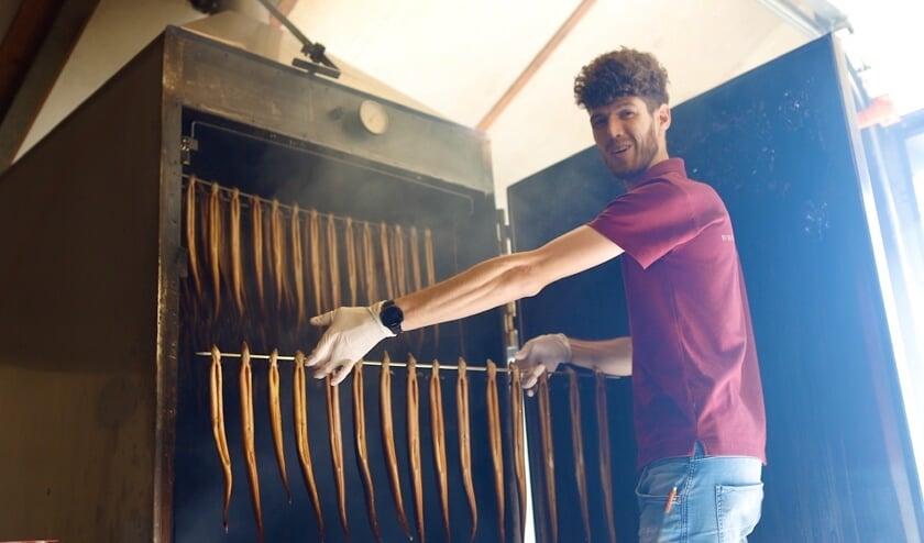 Gijs Bardoel met een rek gerookte paling. (foto: Karel ten Haaf, Ten Haaf Fotografie)
