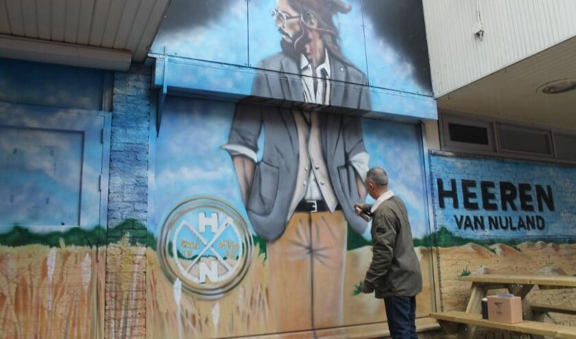 Bart de Ruijter aan het werk bij het oude V&D-pand.