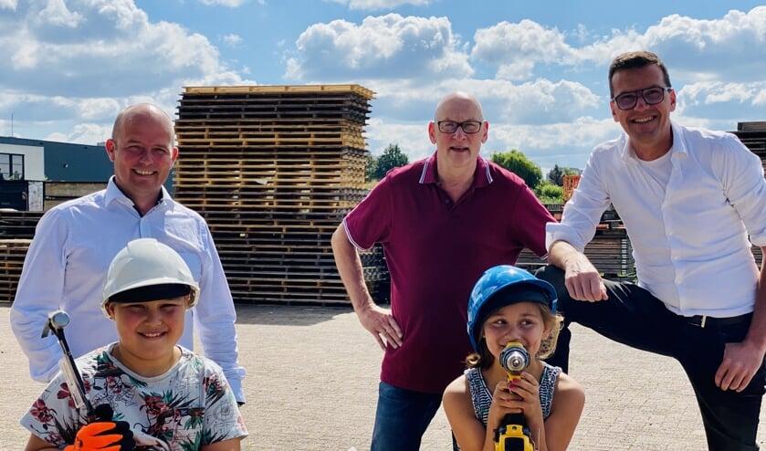 Jelt van Veenendaal (Bouwcenter), Ed (Veghel in Hout) en Stefan van de Ven (Bouwbedrijf van de Ven) met op de voorgrond Luuk en Isa.
