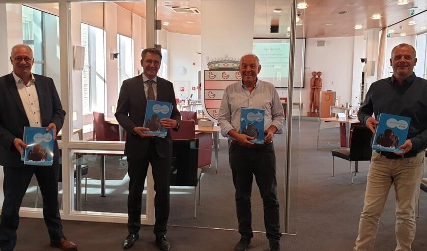 Op de foto v.l.n.r.: wethouder Maarten Jilisen, burgemeester Wim Hillenaar, voorzitter CM Jozèf Rutten en centrum manager Clemens Binkhorst.