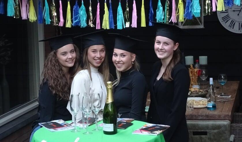 Britt Janssen, Demi Verhoeven, Sil van Meijel en Noor Takken en hun families vierden samen het behalen van hun diploma vmbo theoretisch-gemengd.