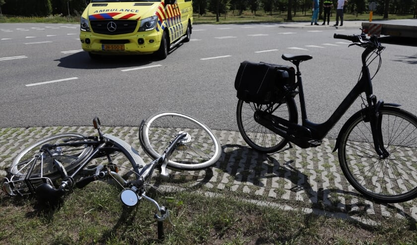 De fietser is door de botsing gewond geraakt.
