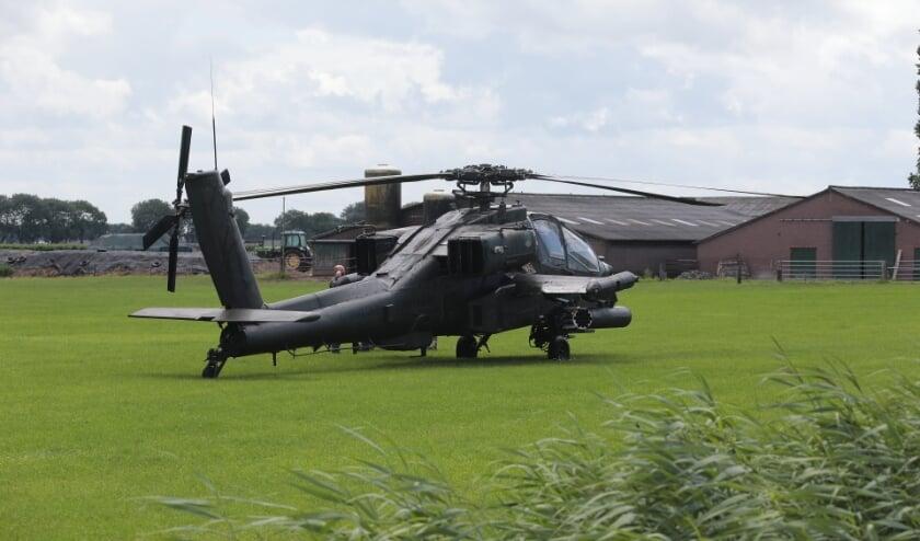 Apache-helikopter van defensie maakt voorzorgslanding in weiland Lith. (Foto: Charles Mallo, Foto Mallo)