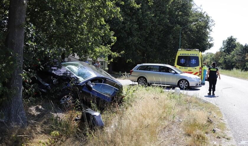 Door het ongeluk is een gezin met drie kinderen, met hun auto in de nabijgelegen sloot terecht gekomen.