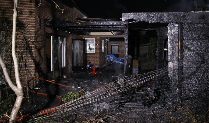 Zowel de woning, overkapping als het tuinhuisje zijn flink beschadigd.