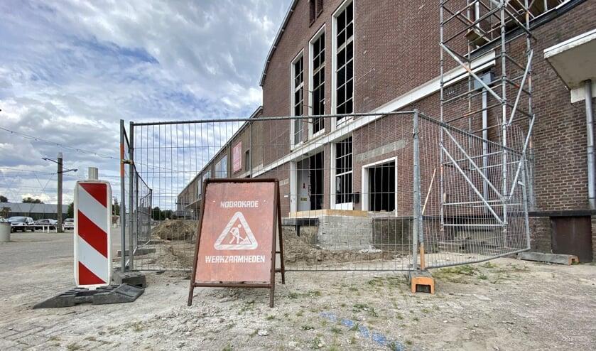 De steigers staan metershoog tegen de verschillende gebouwen op de Noordkade aan. Er staat dan ook van alles te gebeuren.