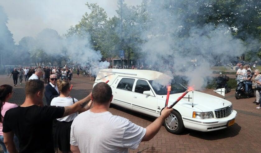 Voor de uitvaart van Arie den Dekker reed de rouwstoet nog een ronde bij het gemeentehuis.