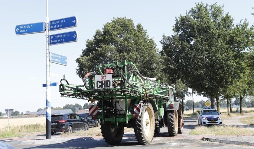 De aanhanger is door een plaatselijke boer weer rechtop gezet.