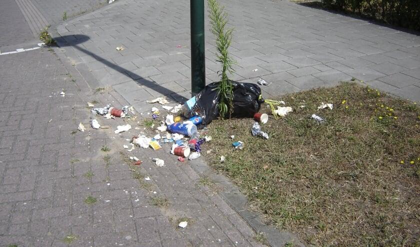 Een opengescheurde zak in de Narcisstraat.