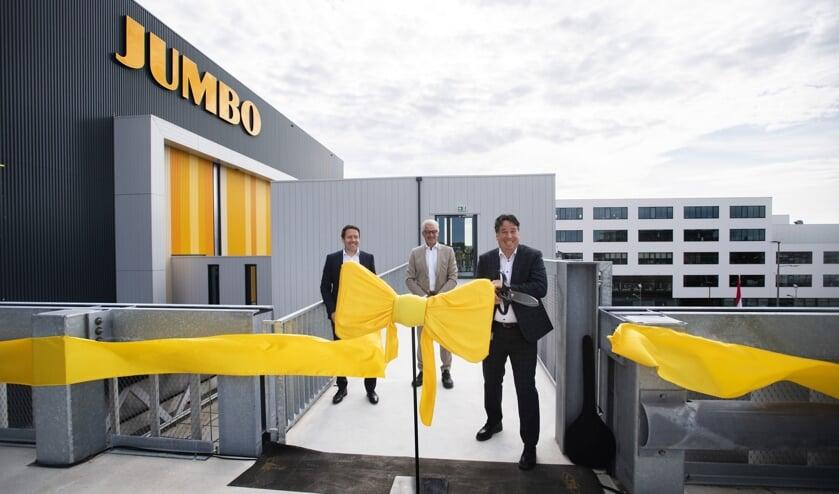 Het gemechaniseerde nationaal distributiecentrum van Jumbo te Nieuwegein is vandaag feestelijk geopend door Karel de Jong, directeur Supply Chain, Tiemen van Bruggen, sitemanager Nieuwegein en Jaap de Hoop, programmamanager Supply Chain.