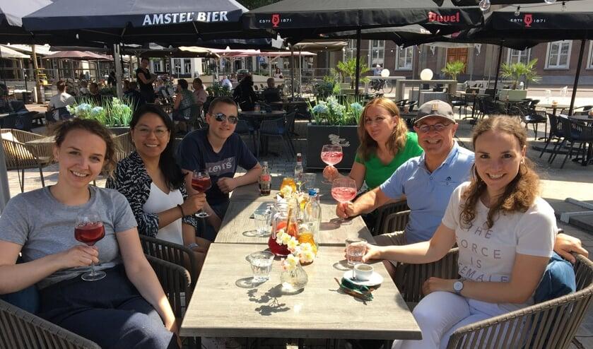 Het gezin Van Rooij geniet van een lekkere versnapering op een Veghels terras.