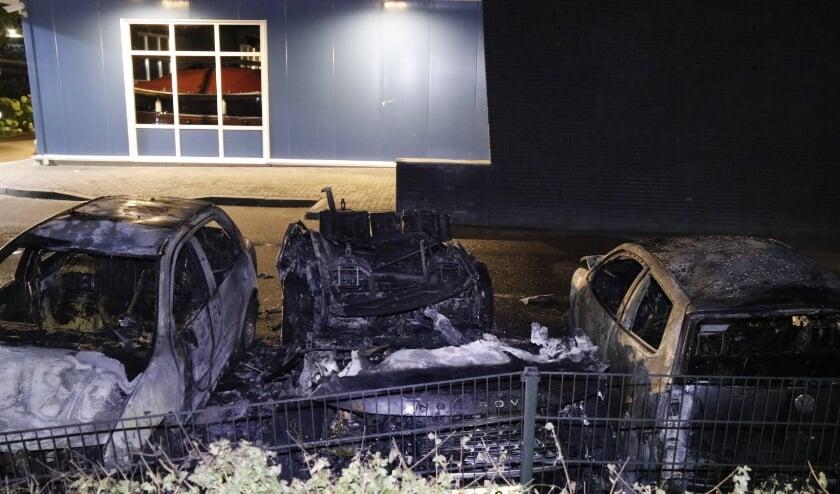 Door de brand zijn drie voertuigen verloren gegaan.