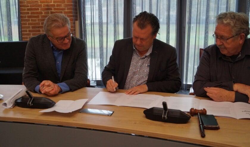 Wim van Meijl (L) samen met oud-wethouder Eus Witlox en Ben Merx (R) tijdens de ondertekening van het convenant tussen de gemeente Meierijstad en de Seniorenraad Meierijstad.