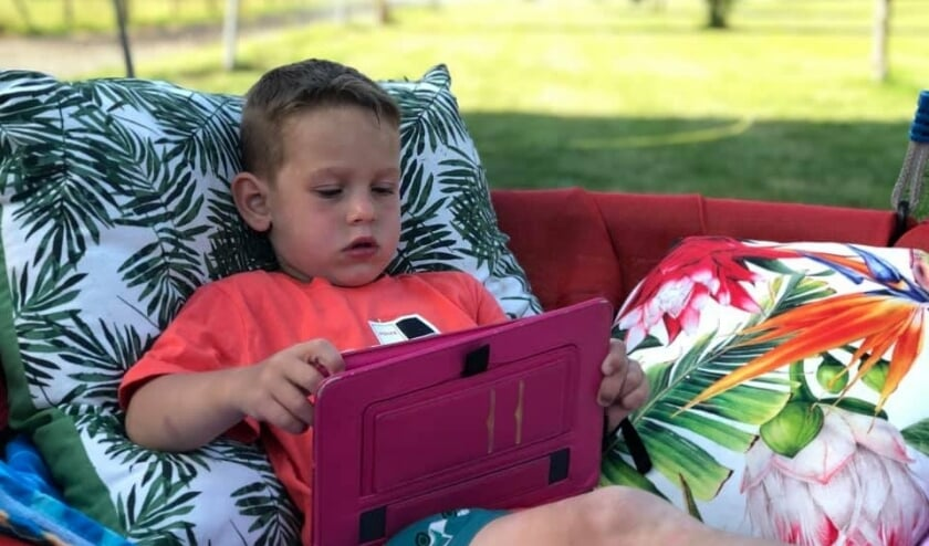 De 5-jarige Luuk ligt lekker in de tuin. (Foto: Amanda Van Lier-van Schoten)