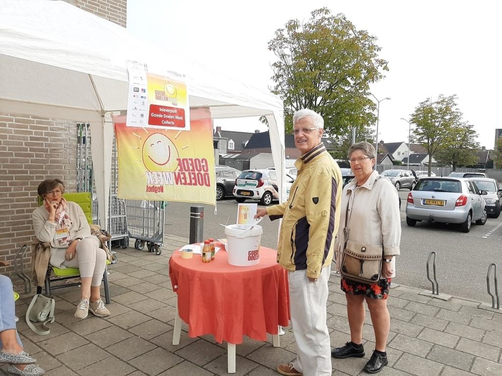 Velen kwamen in de ochtend met hun donatie-envelop naar de vijf locaties waar de collecte-emmers stonden.  © Kliknieuws Veghel