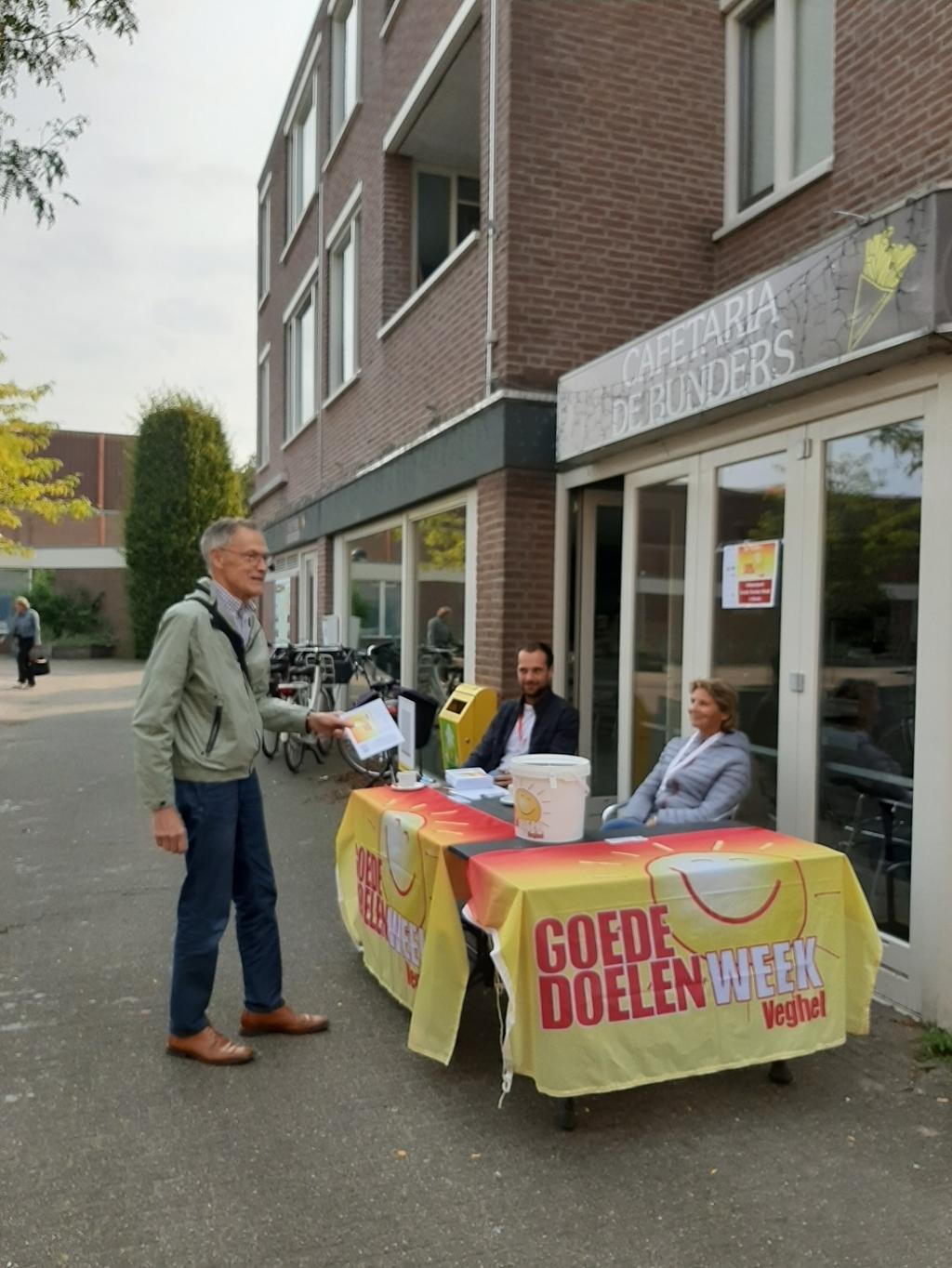 Velen kwamen in de ochtend met hun donatie-envelop naar de vijf locaties waar de collecte-emmers stonden. Foto:  © Kliknieuws Veghel