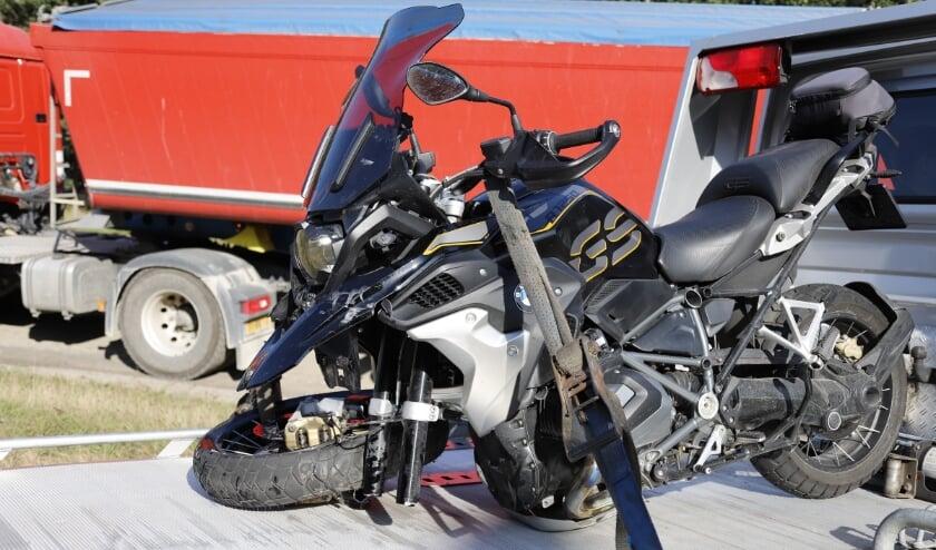 De motorfiets raakt flink beschadigd.