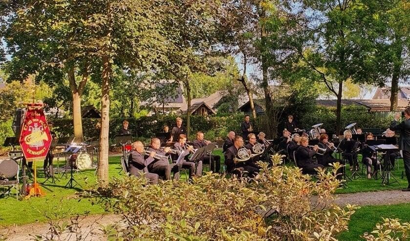 Fanfare en slagwerkgroep Echo der Peel in de zonnige Jozefhof, Venhorst.