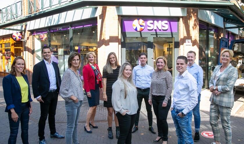 <p>Het gehele team van SNS Bank Uden, Schijndel en Rosmalen. (foto: Ad van de Graaf)</p>