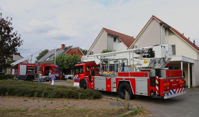 Brand in dak van carport woning Klopschouw. (Foto: Gabor Heeres, Foto Mallo)