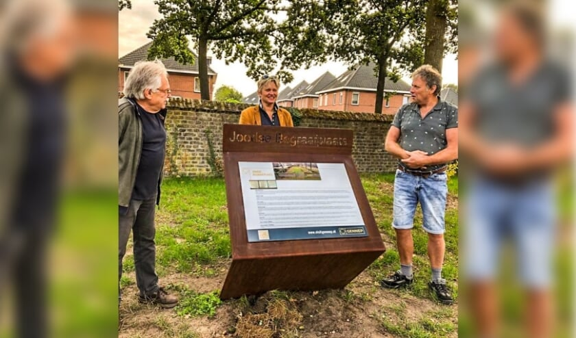 Wethouder Janine van Hulsteijn onthulde 6 nieuwe informatieborden bij bijzondere objecten en gebouwen in de gemeente.