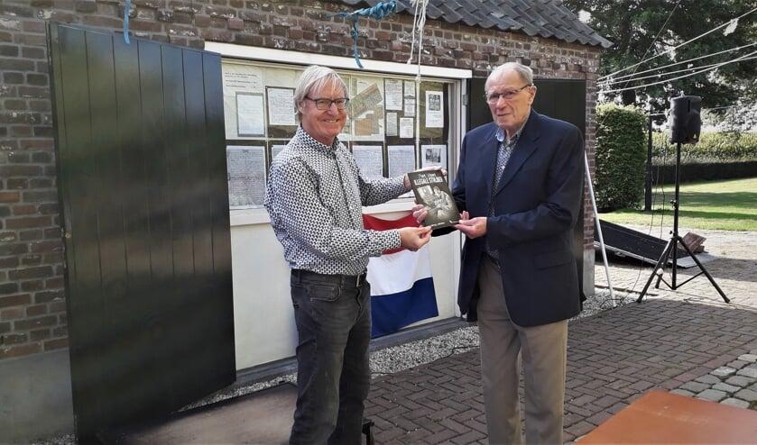 Schrijver Henny Lenkens overhandigt het eerste exemplaar van de biografie 'Piet Vloet, illegale strijder' aan Tien van den Bungelaar, de 94-jarige halfbroer van Piet Vloet. Foto: Cees Lenkens