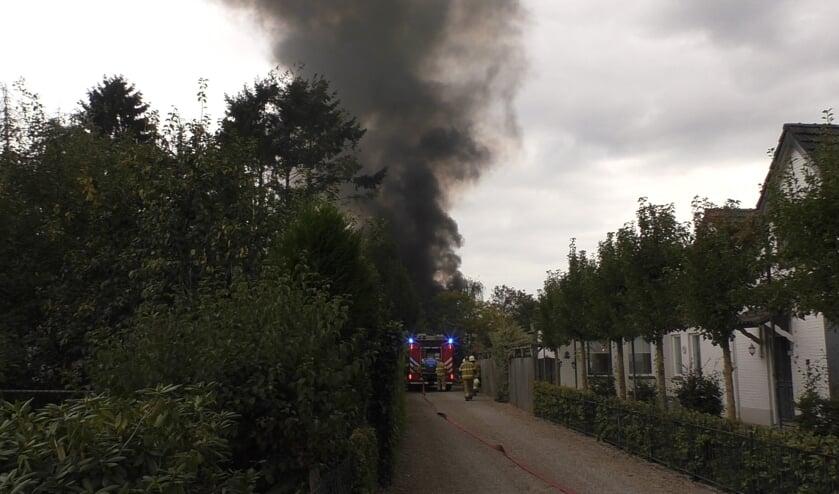 Veel rookontwikkeling bij brand in Geffen. (Foto: Thomas)
