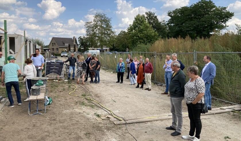 Alle betrokkenen waren aanwezig om het glas te heffen op de nieuwe woningen.