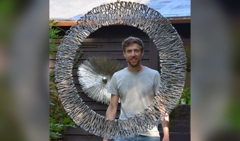 Kunstenaar Bart Lebesque met zijn exclusieve metaalkunst van hoogwaardig afvalmetaal. (foto: Henk Lunenburg)