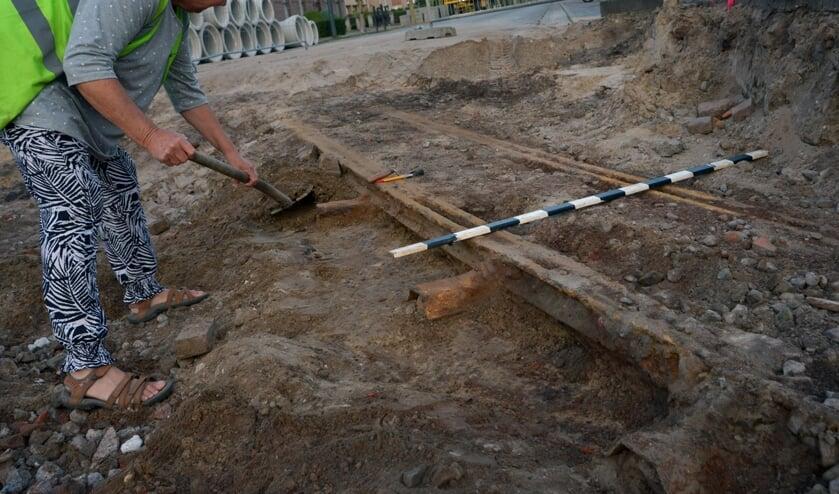 Hanneke van Alphen bij het gevonden spoorrail in Odiliapeel. (foto: Henk Lunenburg)