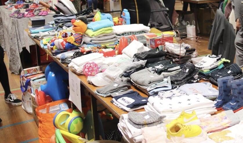 Tweedehands baby- en kinderkleding shoppen tijdens een eerdere editie van de Boxmeerse Kinderbeurs.