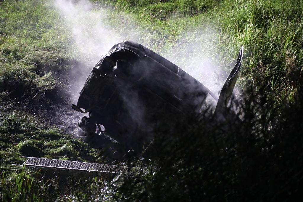 Rijstrook dicht nadat auto bij Ravenstein in de sloot rijdt. (Foto: Gabor Heeres, Foto Mallo)  © Kliknieuws Oss