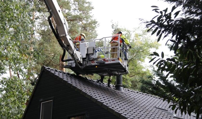 <p>Met een hoogwerker kon de brandweer de schoorsteen schoonmaken.</p>