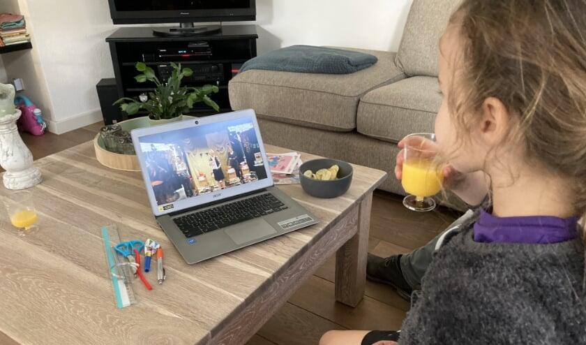 <p>Lena tijdens het afsluitende online feestje van Leesmiljonairs van vorig jaar.</p>
