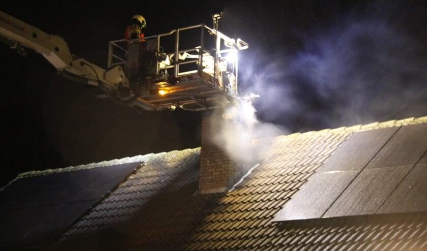 <p>Met behulp van de hoogwerker van de Cuijkse brandweer kon de schoorsteen schoongeveegd worden.  </p>