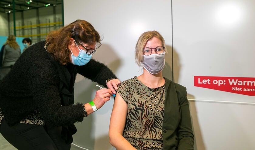 <p>Nicole krijgt als een van de eerste een vaccin toegediend.</p>