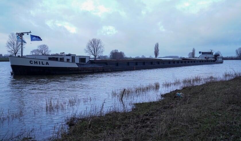 Brand op binnenvaartschip in Maren-Kessel. (Foto: Gabor Heeres, Foto Mallo)