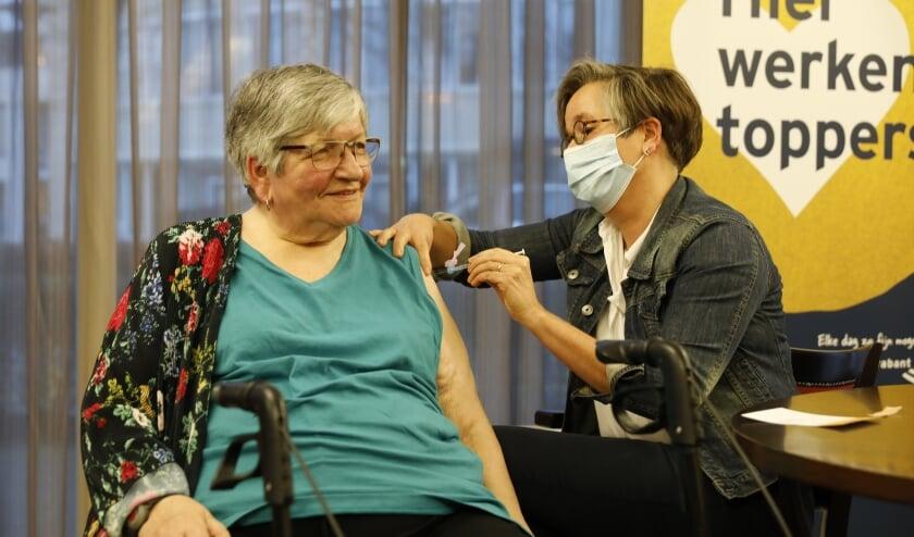 <p>Dit was de eerste vaccinatie bij BrabantZorg. (Foto: Rob Gieling)</p>