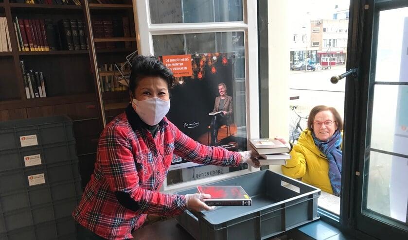 <p>Bibliothecaris Alice neemt boeken in ontvangst.</p>