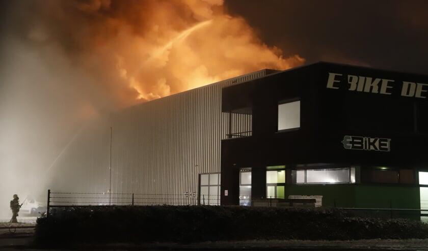 De bedrijfsloods is volledig in vlammen opgegaan.