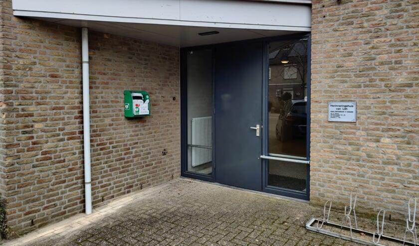 <p>De AED bij Herinneringshuis Van Lith aan de Constantijn Huygensstraat 38.</p>