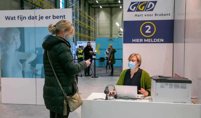 <p>Een vrouw meldt zich bij de vaccinatielocatie in Veghel.</p>