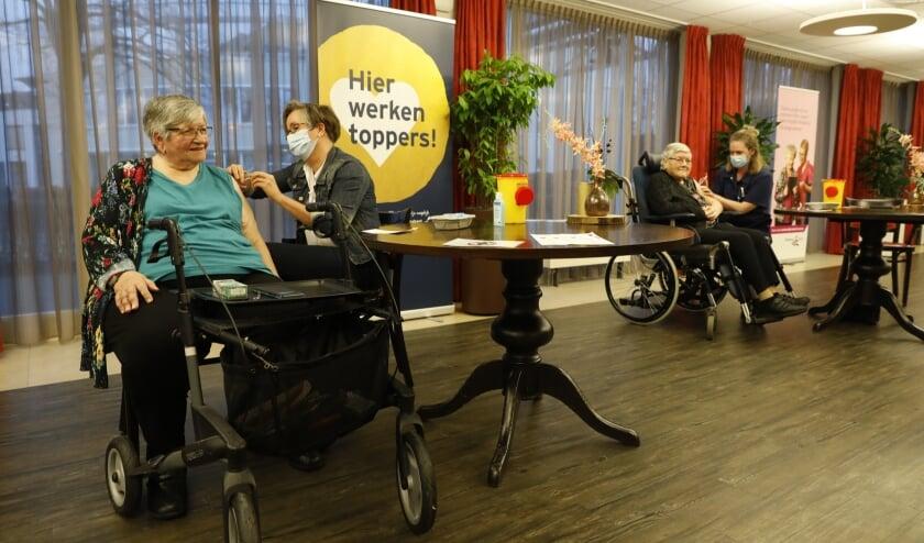 <p>Eerste vaccinatie aan mevrouw Heesakkers door Lyan de Roos van BrabantZorg. (Foto: Rob Gieling)</p>