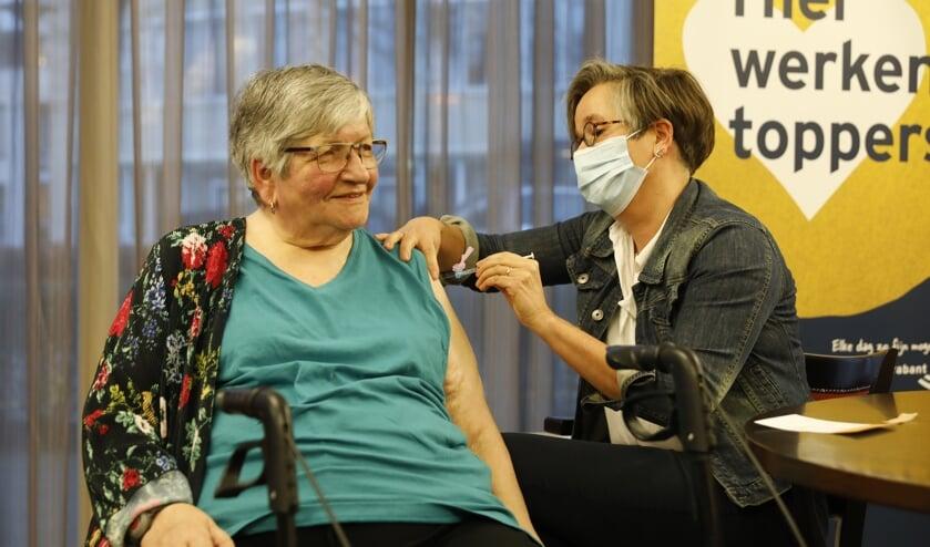 <p> Eerste vaccinatie aan mevrouw Heesakkers door Lyan de Roos van Brabant Zorg</p>