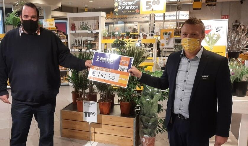 <p>Bram Peters (Eetwinkel Boxmeer) en Patrick Bongers (Jumbo Gennep) met het cheque voor KiKa.</p>