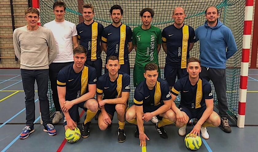 <p>Archieffoto: Van der Linden Futsal pakte in 2019 de titel in de zaal. <br>Staand in het midden: Sander Driessen. Gehurkt eerste van links: Cristian van den Broek.</p>