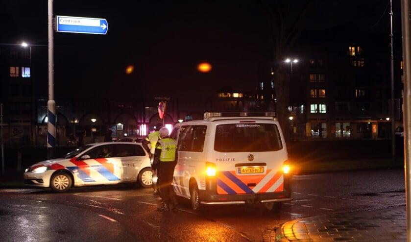 <p>Politie zet de toegangsweg af richting Osse centrum. (Foto: Hans van der Poel)</p>