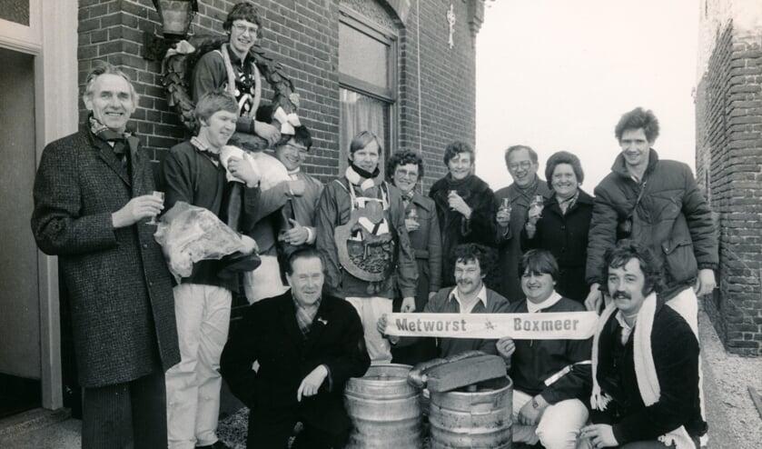 <p>Een foto uit 1982 waarop Math Claassen (5e van links) het &#39;Schild van de Knollenkoning&#39; draagt.</p>