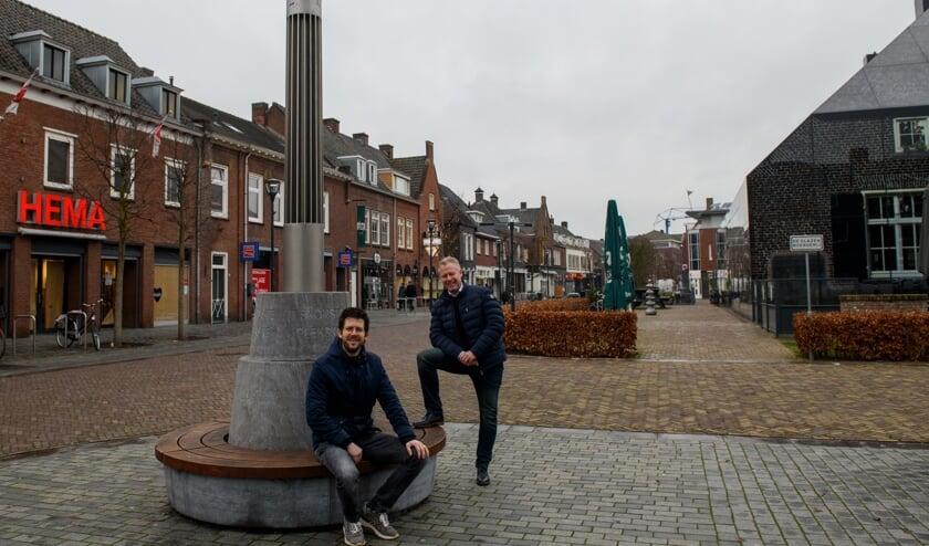 <p>Jeroen van de Sande (zittend) en Jeroen van der Horst in het centrum van Schijndel.</p>